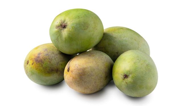 Закройте вверх вкусного зеленого спелого манго, изолированного на белом фоне таблицы, отсечения путь вырезать.
