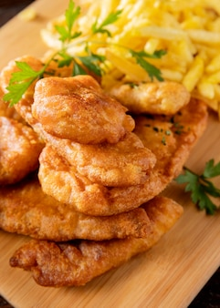 Крупный план вкусной рыбы с жареным картофелем