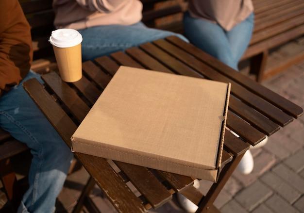 Крупный план вкусной пиццы в коробке