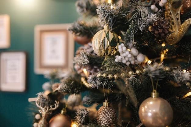 クリスマスの装飾のさまざまな要素のクローズアップ。新年のコンセプト。