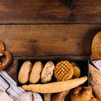 クローズアップ、様々な新鮮な焼きたてのパン、木製テーブル