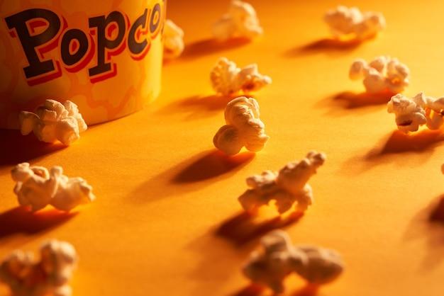 오렌지 빛과 오렌지와 다른 팝콘 닫습니다. 주황색 빛에 음식의 개념입니다.