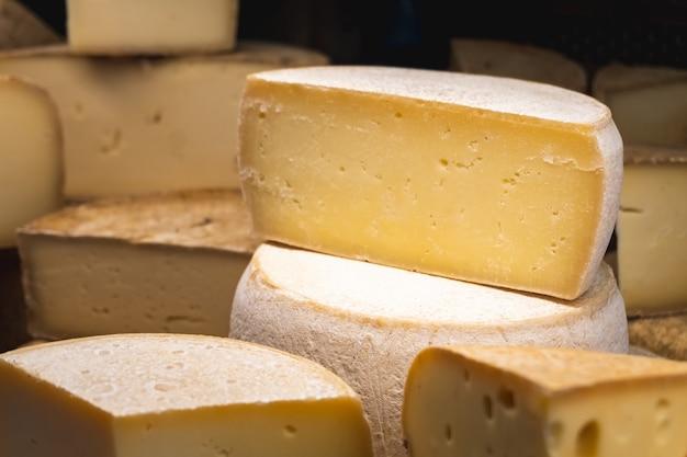 さまざまな種類のフランスチーズのクローズアップ