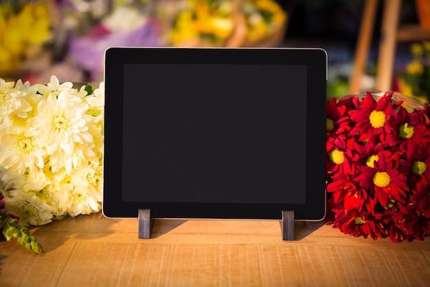 Крупный план цифрового планшета на столе