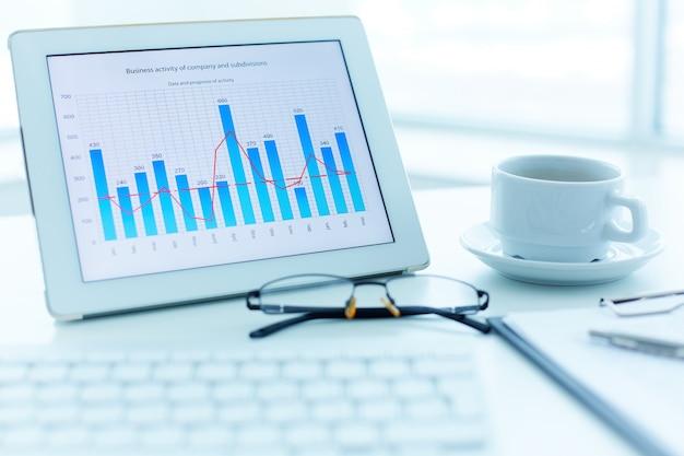 막대 그래프와 함께 디지털 태블릿의 클로즈업