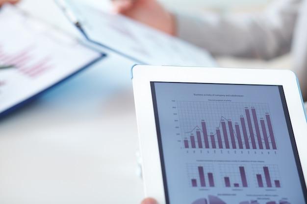 Крупным планом цифровой планшет с финансовыми результатами