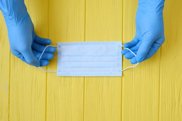 감염에 대 한 보호를 위해 의료 얼굴 마스크와 의사 손 장갑의 닫습니다.