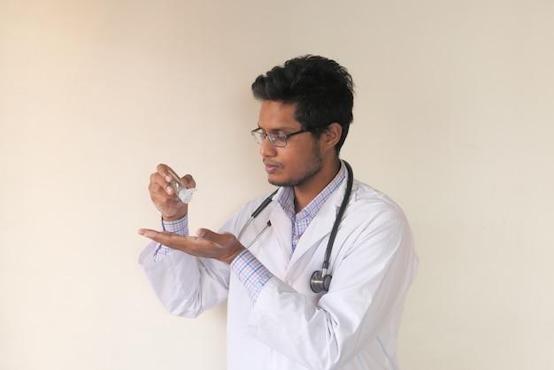 消毒ジェルを使用して医師の手のクローズアップ