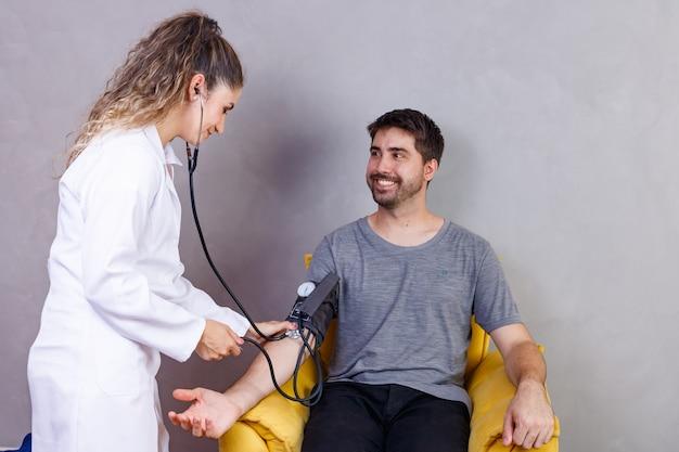 남성 환자의 혈압을 측정하는 의사의 손 클로즈업