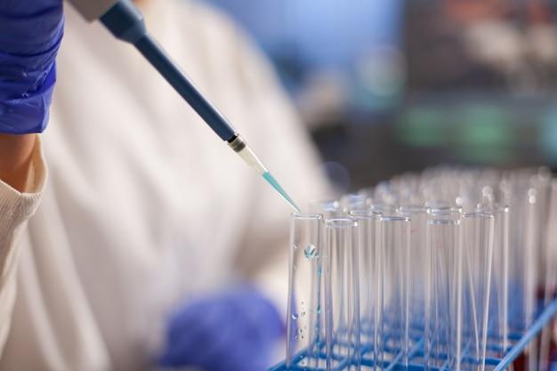 혈액 테스트 튜브에 피펫을 사용하여 의사의 클로즈업