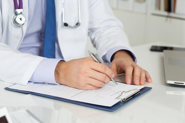 의사 쓰기 처방전의 클로즈업
