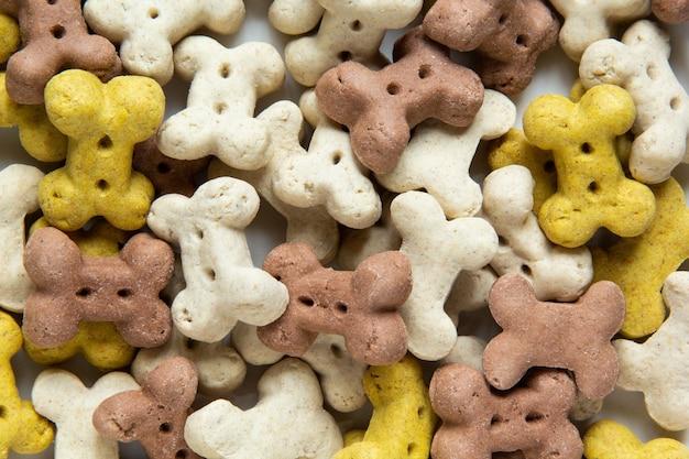 Крупным планом вегетарианские сухие хрустящие кусочки собаки в виде костей