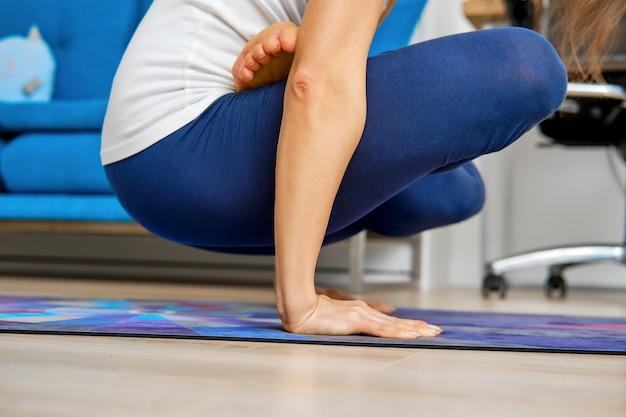 교차 다리와 요가 팔 균형 운동을 닫습니다