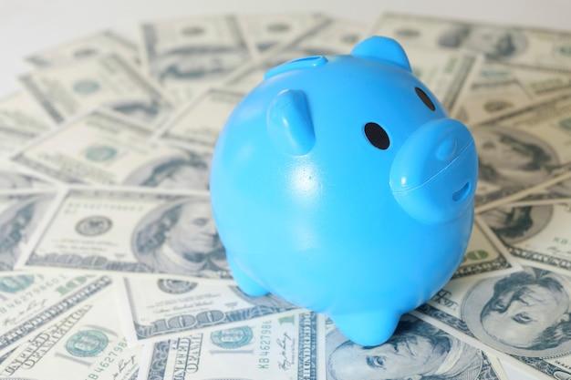 Закрыть долларовые наличные деньги и копилку на столе. бизнес, финансы, инвестиции, экономия и коррупция