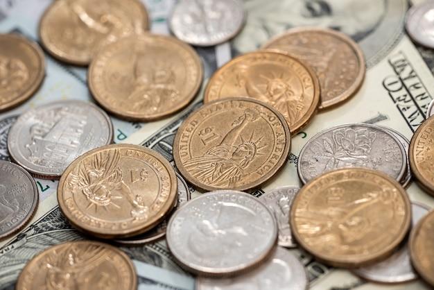 ドル紙幣と私たちのコインのお金のクローズアップ