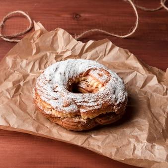 Крупный план пончик с сахарной пудрой