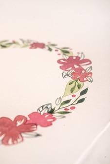 アクリル絵の具で描かれた花のフレームのクローズアップ