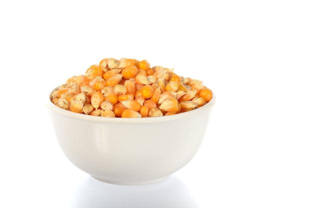 土鍋で乾燥したトウモロコシのクローズアップ
