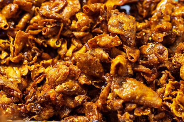 Конец вверх высушенного кальмара с рынком уличной еды пряного и сладостного соуса тайским