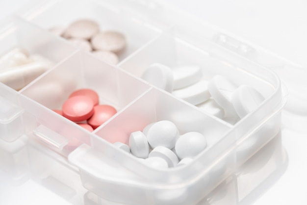 様々な薬、カプセルのドラッグボックスのクローズアップ
