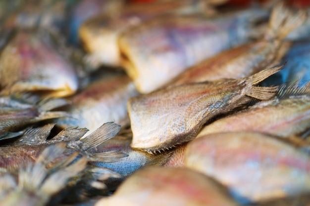 Крупный план сухой рыбы гурами