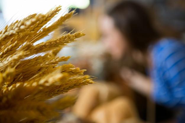 カウンターで小麦の穂のクローズアップ