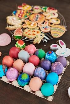 부활절 휴가를 위해 준비된 테이블에 있는 부활절 달걀과 진저브레드 쿠키의 클로즈업