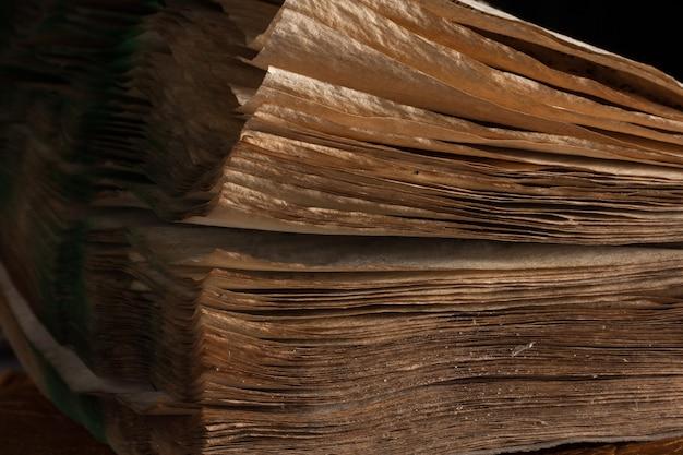 오래 된 빈티지 책 페이지의 가장자리를 닫습니다