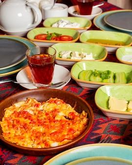 朝食に油で調理した卵とトマトの料理のクローズアップ