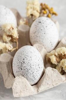 꽃 판지에있는 부활절 달걀의 클로즈업