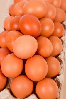段ボール容器の卵のクローズアップ