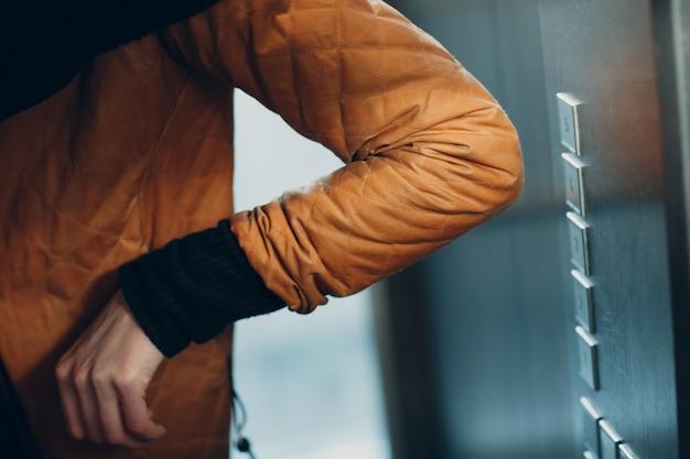 코로나바이러스 전염병 covid-19 검역 개념 동안 버튼 엘리베이터를 누르는 팔꿈치 닫습니다