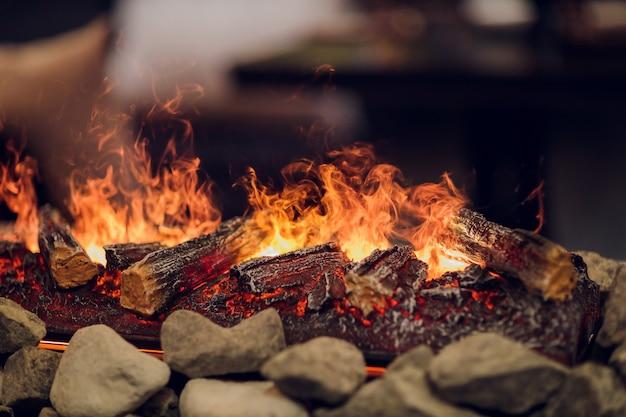 オレンジと黄色の火の炎で電気暖炉のクローズアップ。