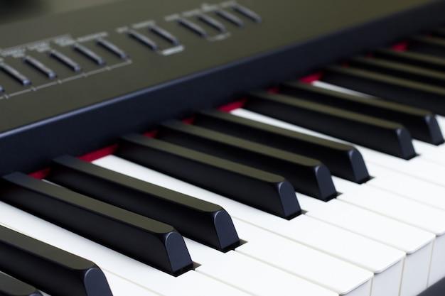 Заделывают клавиш электрического пианино