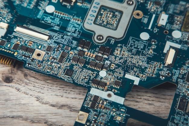 Крупным планом электронный процессор на столе