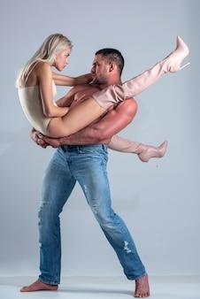 Крупный план элегантной красивой пары, страстно целующейся. пара моды страсти. романтичные чувственные люди празднуют день святого валентина.
