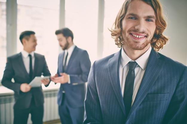 Крупным планом элегантный предприниматель с большой улыбкой