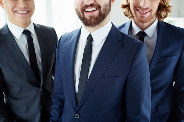 Крупным планом элегантных руководителей с красивой улыбкой