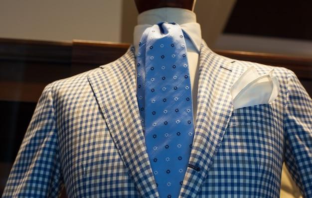 イタリア製のエレガントな男性のスーツのクローズアップ