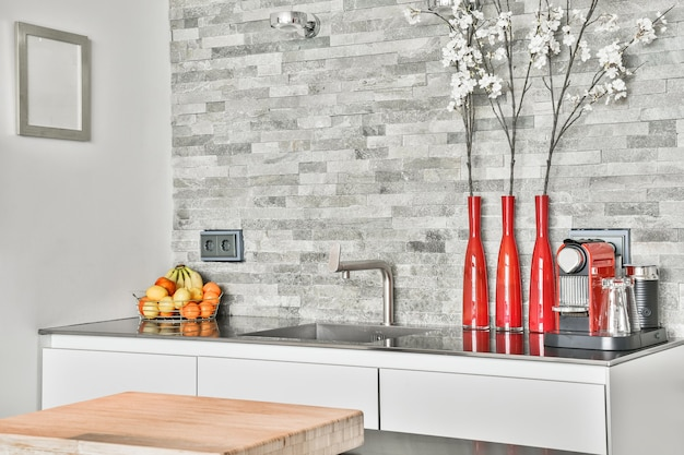 Закройте элегантную раковину в роскошной кухне