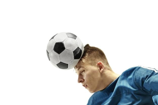 Крупным планом эмоционального человека, играющего в футбол, бьющего по мячу головой на изолированном белом фоне