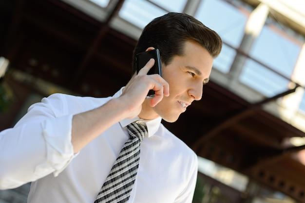 전화 통화하는 흰 셔츠와 직원의 클로즈업