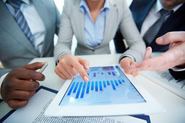 Крупным планом сотрудников, глядя на бизнес-документа