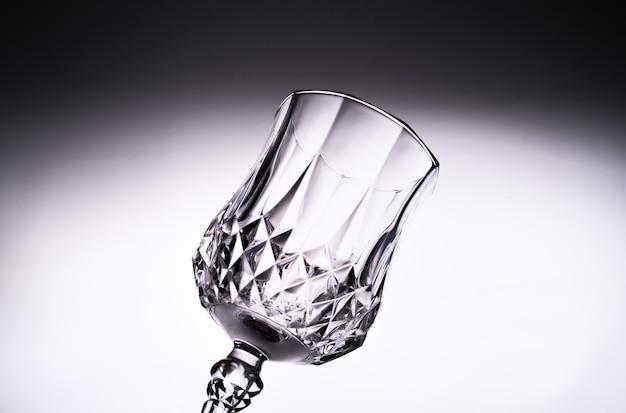 Закройте пустой чистый прозрачный стеклянный кубок
