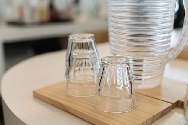 카페에서 나무 테이블에 빈 안경과 항아리 닫습니다