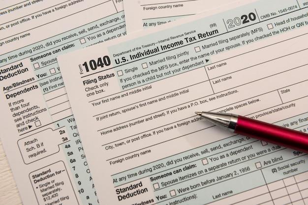 비어 있는 미국 세금 양식 1040과 볼펜, 회계 개념을 닫습니다.