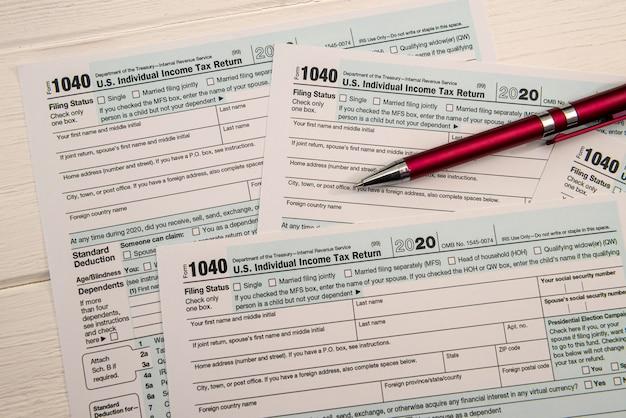 空の私たちの税務フォーム1040とボールペン、会計の概念のクローズアップ