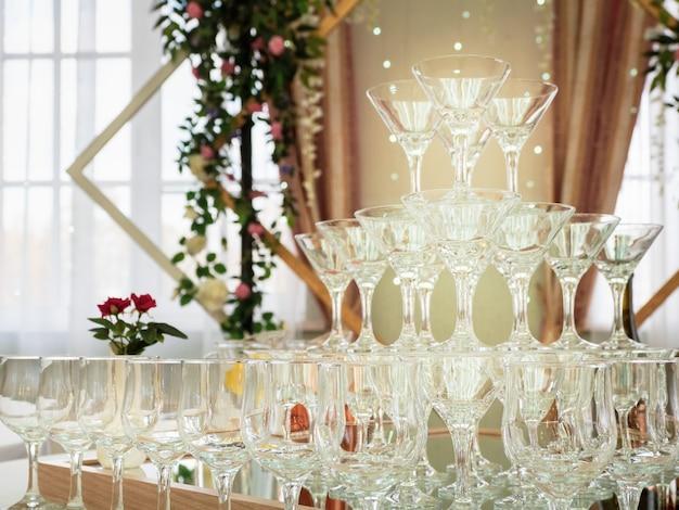 Закройте пустые фужеры на столе - пирамида. красивая свадебная церемония в помещении.