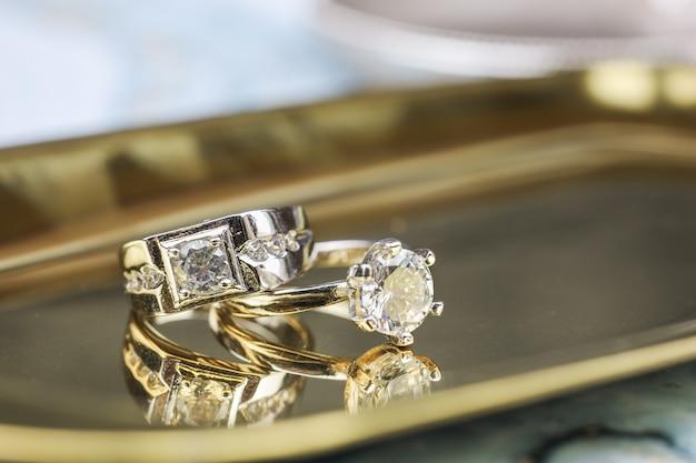 Крупным планом обручальное кольцо с бриллиантом любовь и свадьба концепция