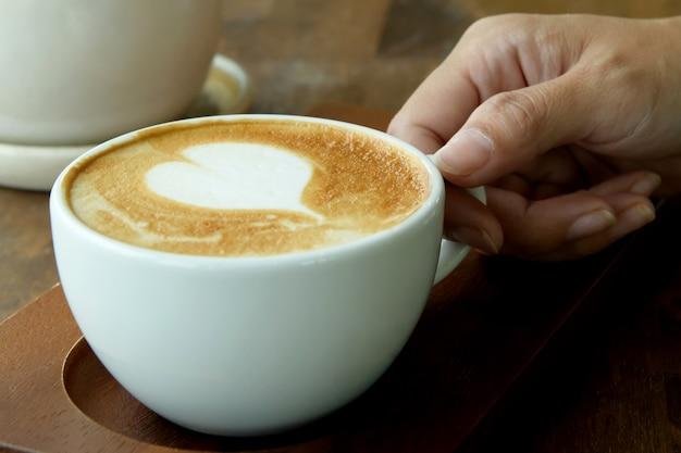 Крупный план эспрессо в белой кофейной чашке.